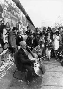 Mstislav Rostropovich suona Bach davanti al Muro di Berlino