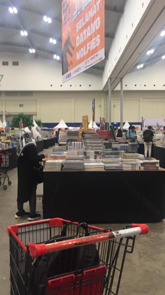 big bad wolf 37 575x1024 - Berburu Buku di Sarang Serigala
