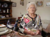 In het verzorgingstehuis werd ik voorgesteld aan mevrouw de Boer, geboren in 1917 in Amsterdam, Oud-West. Dichtbij de gasfabriek vertelt ze. Ze is sinds januari 1940 woonachtig op Vlieland. Ik heb een aantal uren met mevrouw De Boer, en later met haar medebewoners, gesproken.