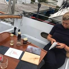Anna krijgt voor het eerst het boek te zien, op haar schip in Antwerpen.