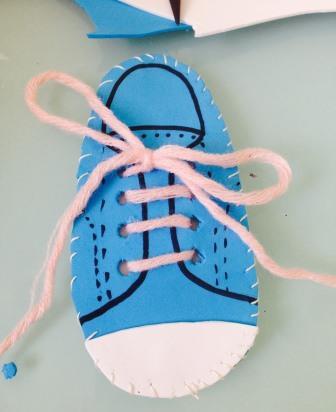 Imparare ad allacciare le scarpe con il modellino Montessori