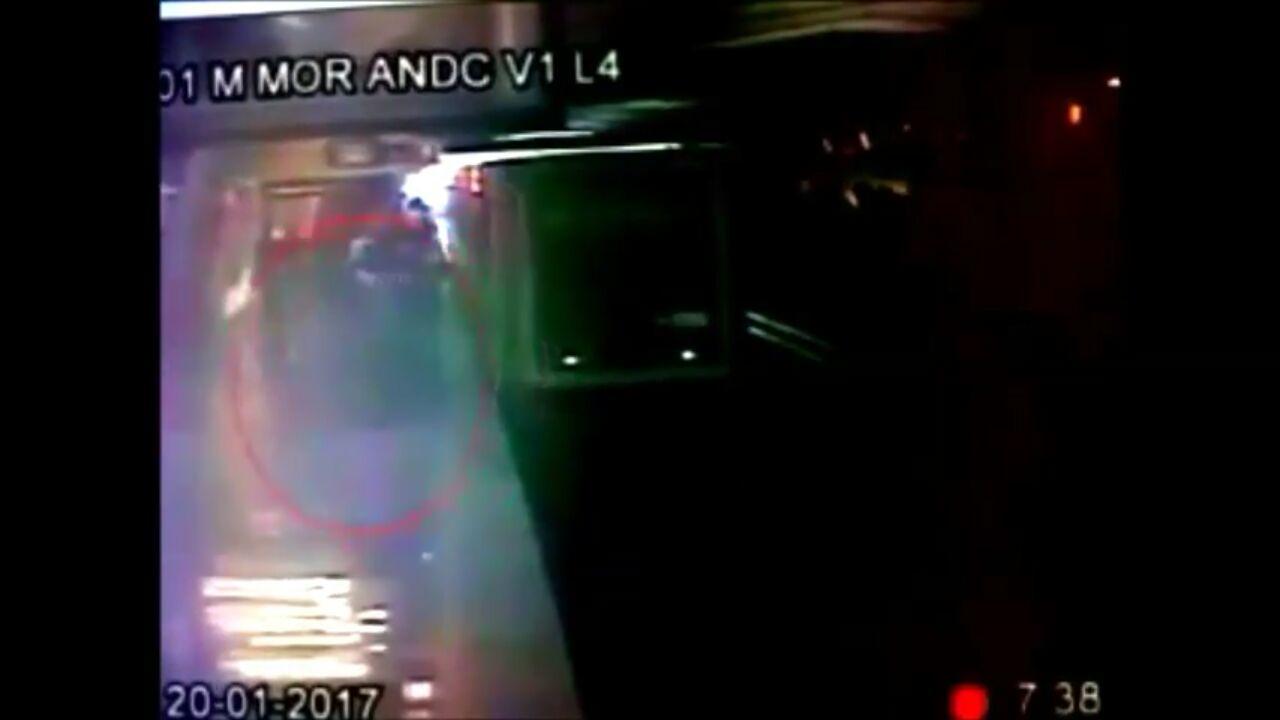 Hombre empuja al metro a una mujer (video)