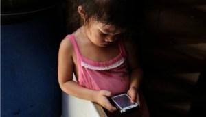 Uso de la pantalla táctil altera el sueño en menores de tres años