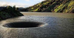 (VÍDEO) Misterioso agujero en un lago es explorado con un dron