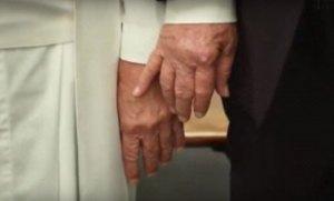 Broma: Ni el Papa le da la mano a Trump (VÍDEO)