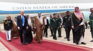 Trump firma acuerdo millonario por venta de armas con Arabia Saudita