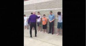 Maestro rocía gas pimienta a sus alumnos (VÍDEO)