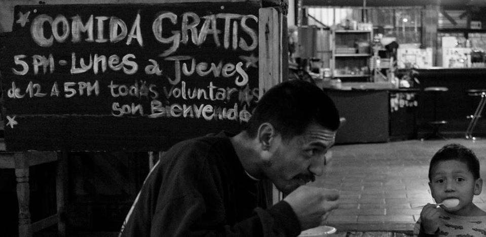 Jóvenes de Tijuana recolectan comida en mercados y alimentan a migrantes