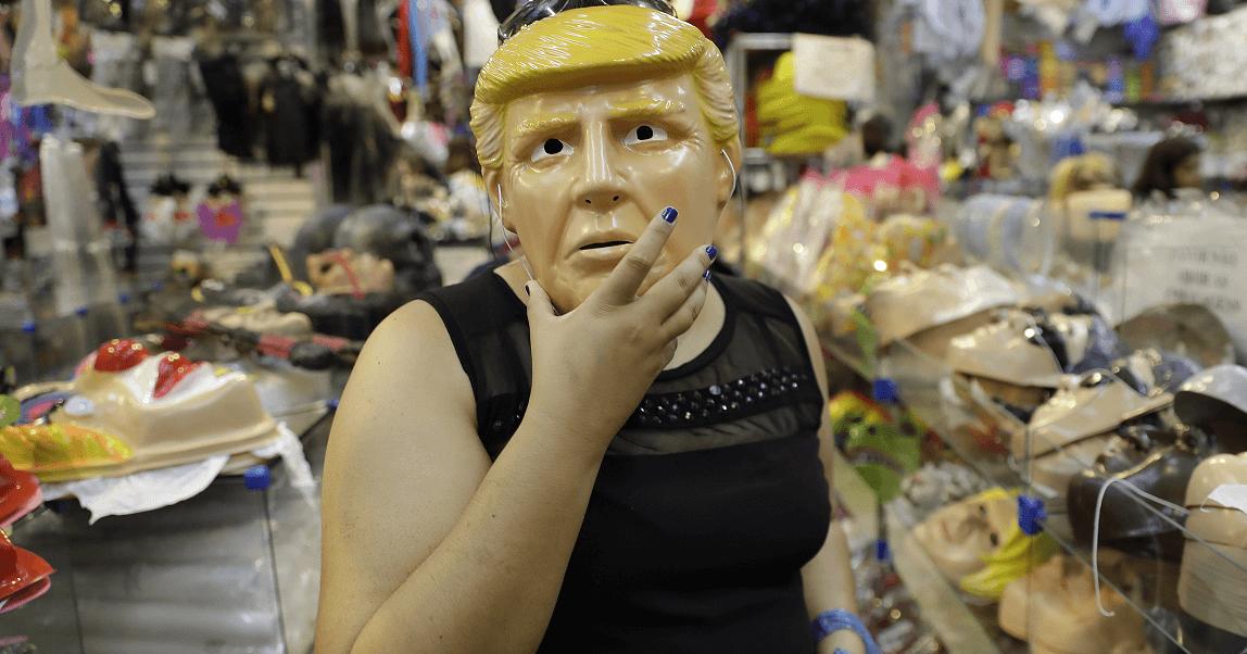 Detienen a dos hermanos que asaltaban bancos usando máscaras de Trump