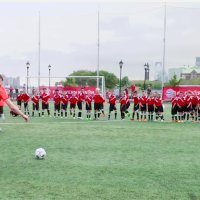 Xabi Alonso und Arturo Vidal gegen 40 Kinder