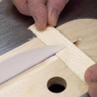 Mit einem Papierblatt Holz durchschneiden