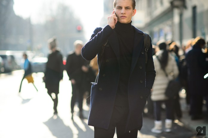 uomo con cappotto e dolcevita