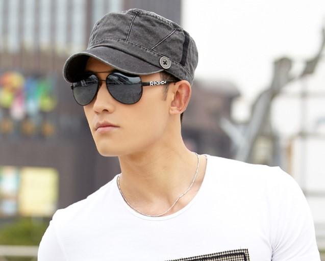 Ragazzo con occhiali da sole e t-shirt indossa un cappello da baseball in tessuto
