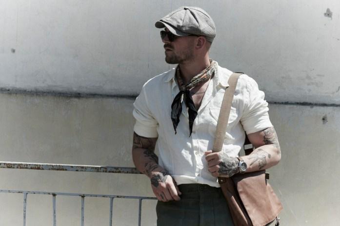 Uomo in camicia bianca e stile casual indossa una coppola estiva