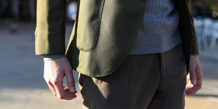 Particolare su spezzato con giacca verde e pantaloni verdi tono su tono