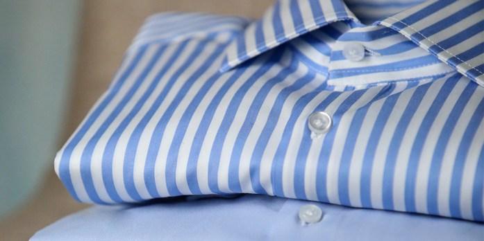 Particolare su camicia piegata a righe blu e bianche