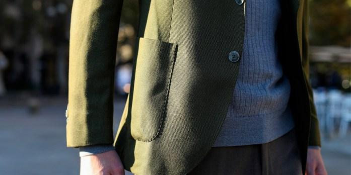 Dettagli di un blazer verde su misura Lanieri su un maglione a coste azzurro