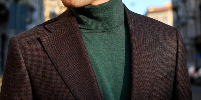 Dettagli di una giacca bordeaux marrone su misura Lanieri con dolcevita verde