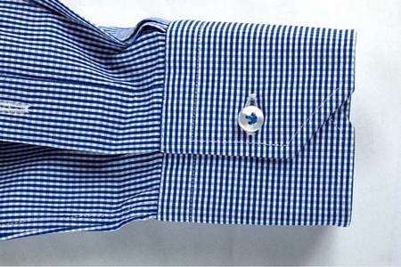 Polsino smussato di una camicia a quadretti blu bianchi da uomo su misura
