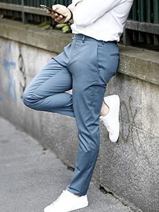 Chinos casual da portare con sneakers chiare
