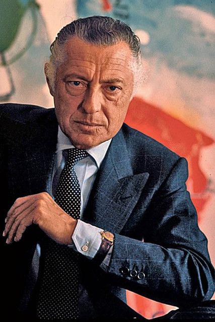 Gianni Agnelli indossa l'orologio sopra il polsino della camicia