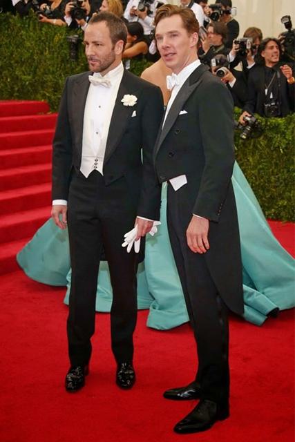 Tom Ford et Benedict Cumberbatch portent un queue-de-pie avec un nœud papillon blanc sur le tapis rouge