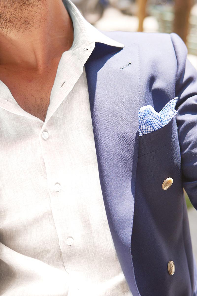 Una fresca fantasia a quadri per la giacca blu, abbinata a t