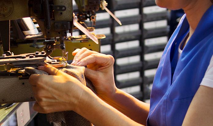 Immagine artigiano lavora abito su misura