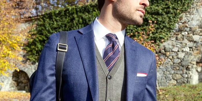 uomo indossa cravatta blu regimental Lanieri