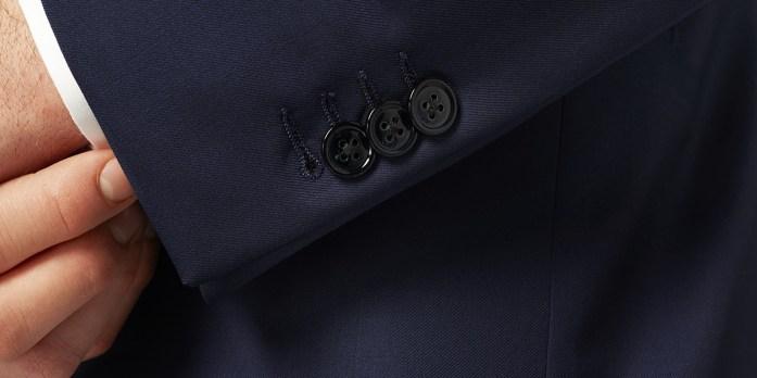 Manica di una una giacca con tre bottoni e quattro asole