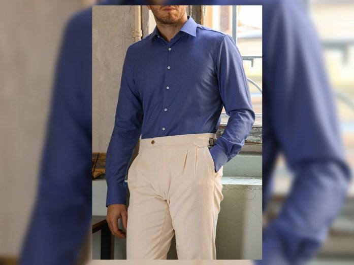 Chemise en laine bleu clair portée avec un pantalon crème classique