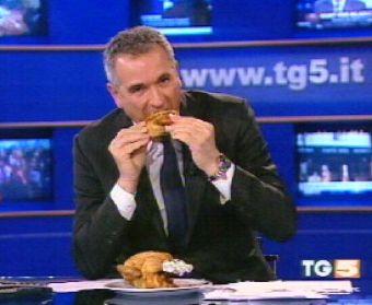 Lamberto Sposini con il pollo TG5