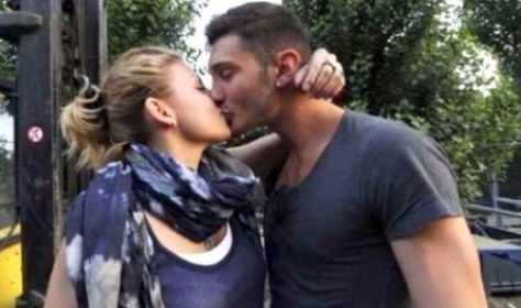 Bacio hot Emma Marrone e Stefano De Martino