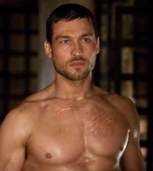 Andy Whitfield in una scena della serie tv Spartacus: sangue e sabbia