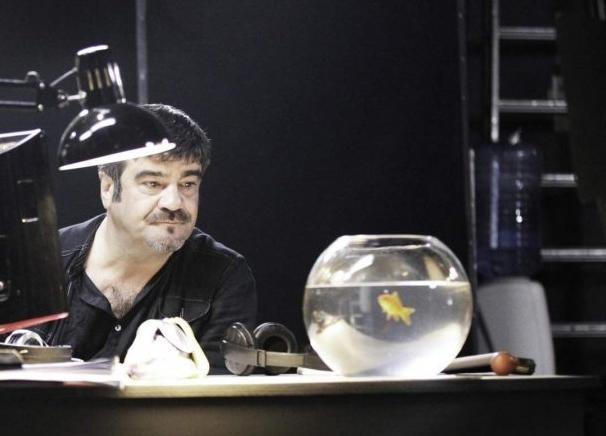 Una scena di Francesco Pannofino con Boris il pesce