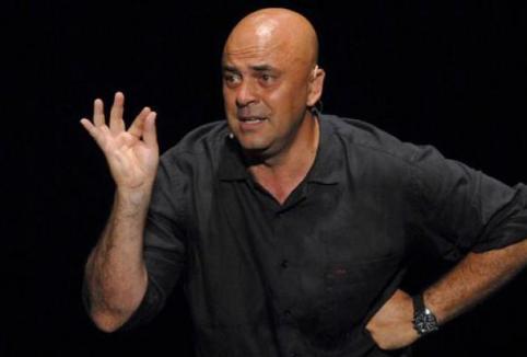 Foto di Maurizio Crozza nel suo spettacolo