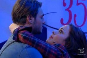 bacio tra Francesco Monte e Teresanna Pugliese