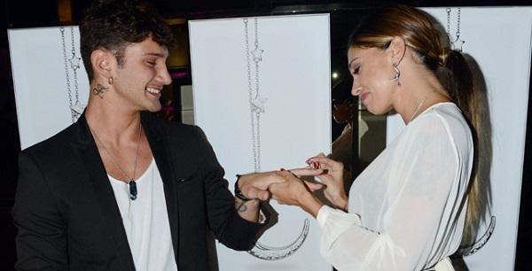 Belen Rodriguez infila l'anello al dito di Stefano