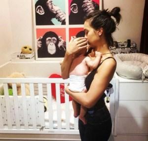 Megan Montaner coccola il suo piccolo Kael