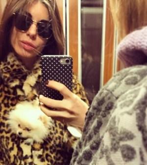 Foto Bianca Atzei con la sua cagnolina