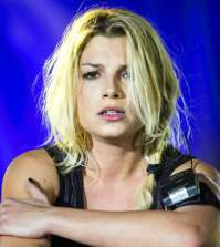foto emma marrone accuse fan marco replica chiude fanpage