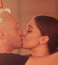 foto bacio belen e pietrino