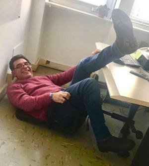foto Tiberio Timperi caduto dalla sedia