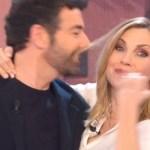 """Alberto Matano e Lorella Cuccarini. Lei: """"Siamo in ritardo, scusami"""""""