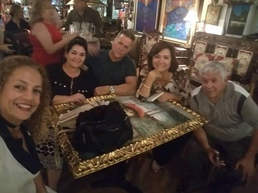 Los escritores Odalys Interian, Patricia Rebellón y Jorge Mejía, con sus parejas.