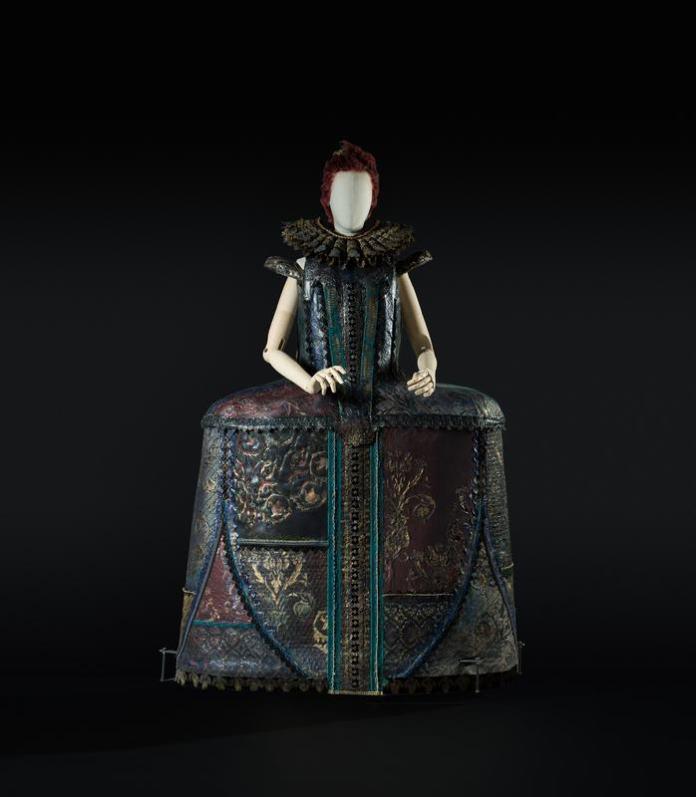 1b-Cinderella di Prokof ev-Bigonzetti, 2015. Costume-scultura di Millenotti. Foto Francesco M. Colombo