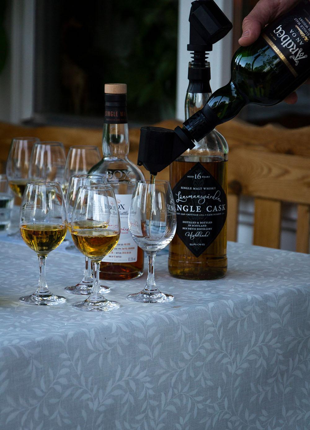 Whiskyflaskor från High Coast Distillery och Adbeg