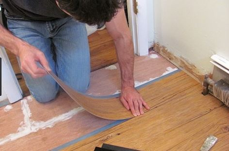 cara memasang lantai vinyl motif kayu