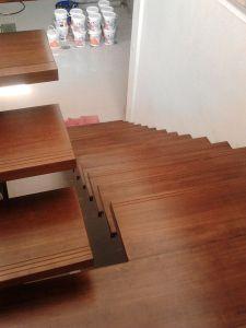 Pemasangan Papan tangga kayu