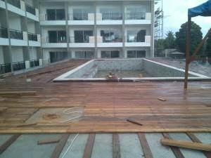 pemasangan decking kayu di Prama STHALLA